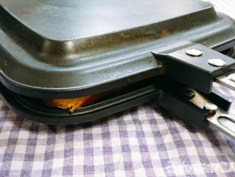 ホットサンドメーカーで焼く前のサバ(みりん干し)ホットサンド