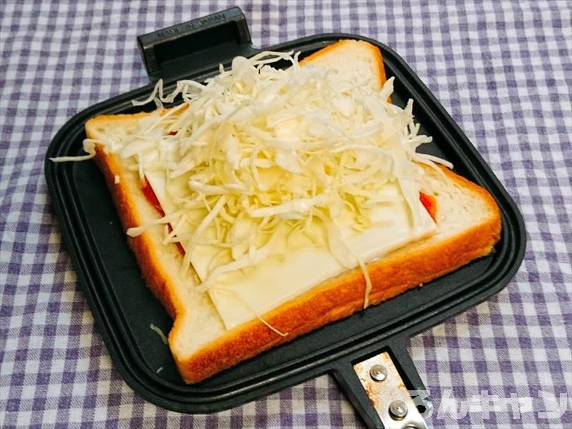 ホットサンドメーカーで焼く前のミートソース&チーズホットサンド