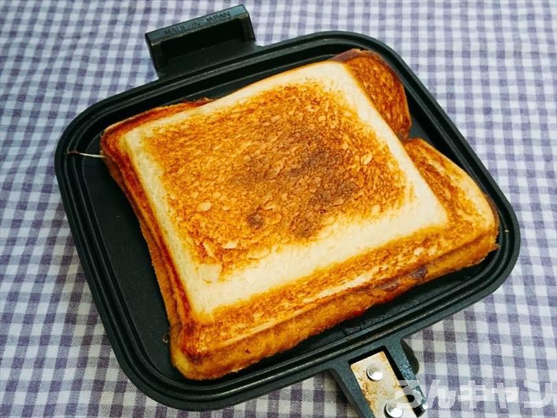 ホットサンドメーカーで焼いた後のミートソース&チーズホットサンド