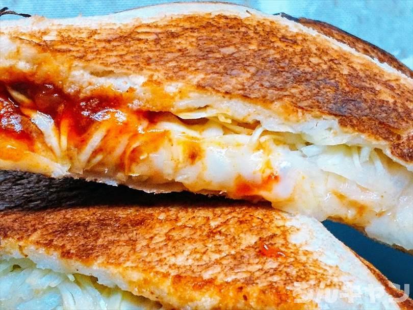ホットサンドメーカーで焼いた後のミートソース&チーズホットサンドを半分に切った状態