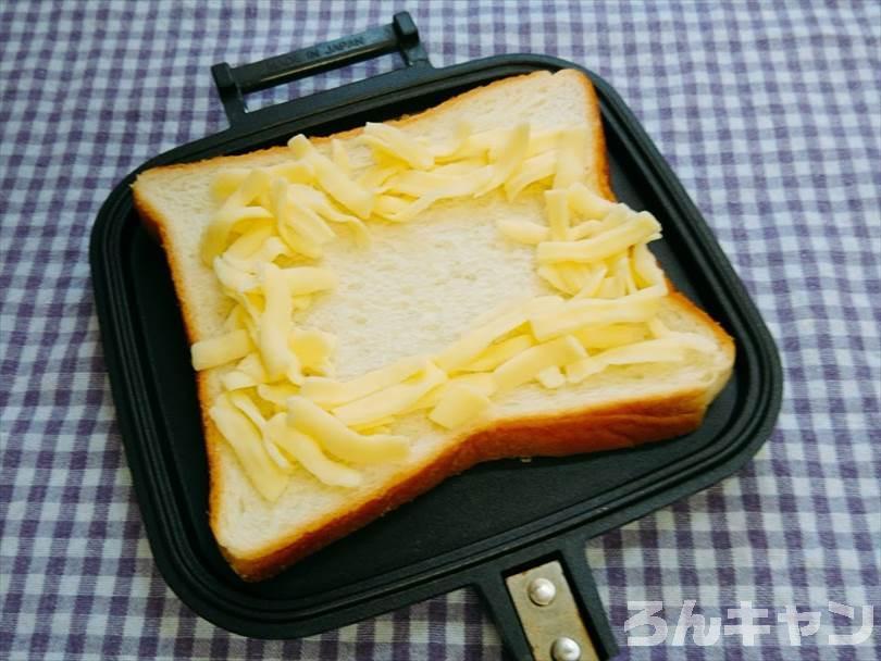 ホットサンドメーカーで焼く前の親子丼&チーズのホットサンド