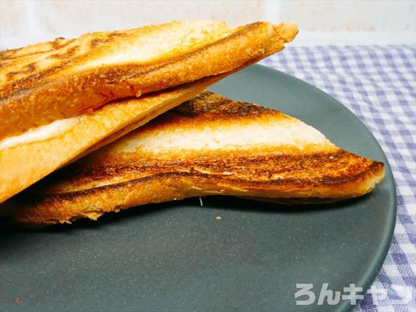ホットサンドメーカーで焼いた後の親子丼&チーズのホットサンドを半分に切った状態
