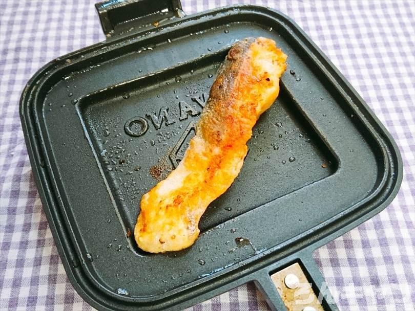 ホットサンドメーカーで焼いた後の鮭の皮目