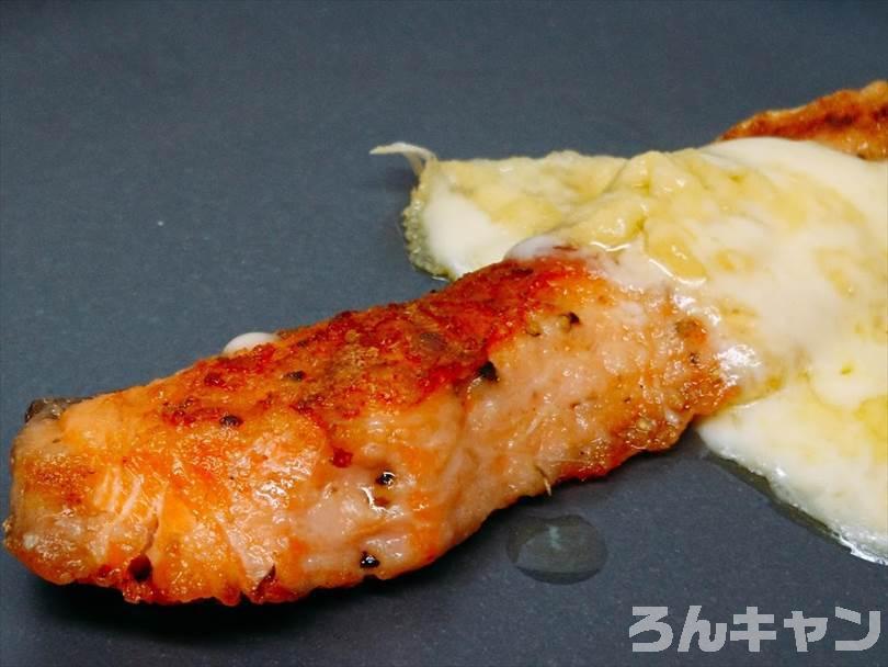 ホットサンドメーカーで焼いた後の鮭をお皿に盛り付けた状態