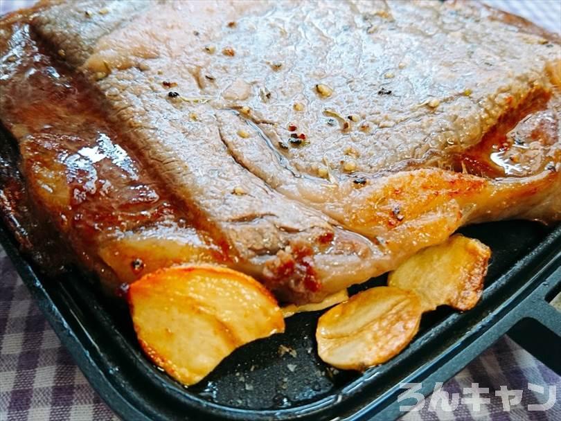 ホットサンドメーカーで焼いた後のステーキ