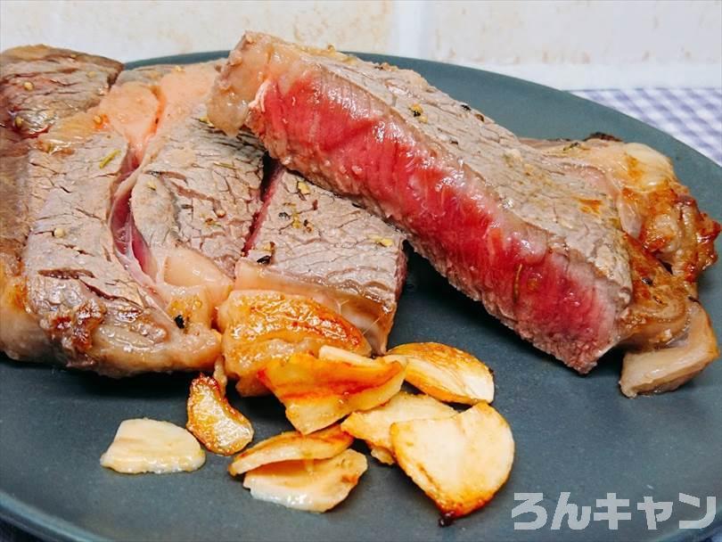 ホットサンドメーカーで焼いた後のステーキの断面ショー(レアすぎ)