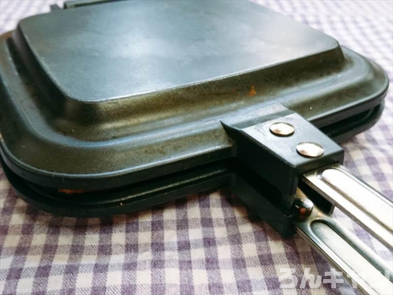 ホットサンドメーカーで焼く前の焼き肉ホットサンド