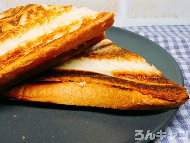 ホットサンドメーカーで焼いた後の焼き肉ホットサンドを半分に切った状態