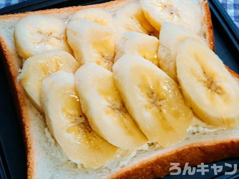 ホットサンドメーカーで焼く前のクリームチーズ&バナナ