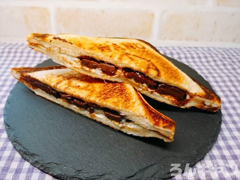 ホットサンドメーカーで焼いた後のチョコレート&クリームチーズのホットサンドを半分に切った状態
