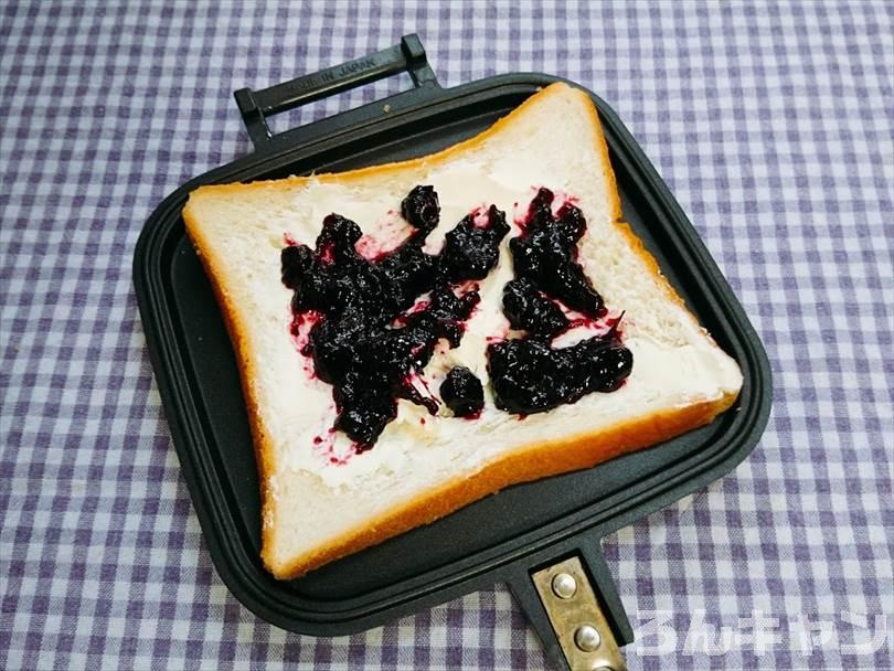 ホットサンドメーカーで焼く前のクリームチーズ&ブルーベリージャムのホットサンド