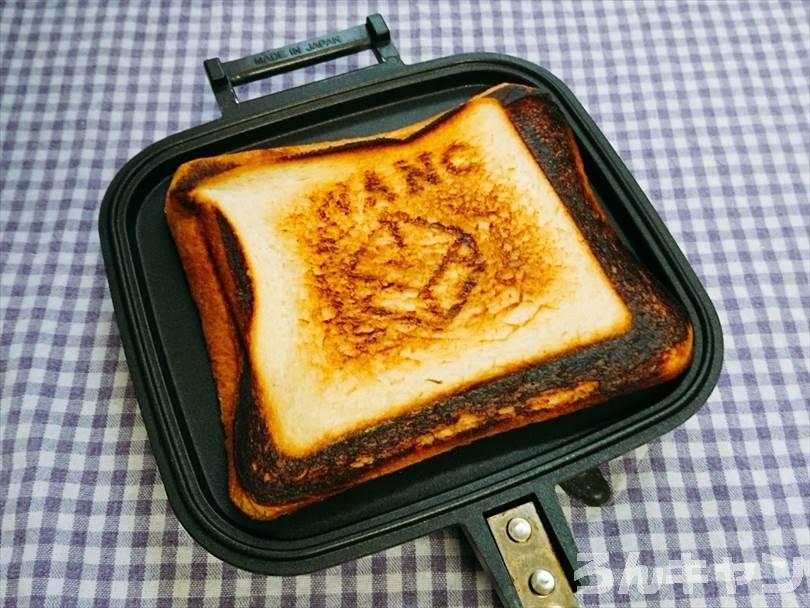 ホットサンドメーカーで焼いたクリームチーズ&ブルーベリージャムのホットサンド