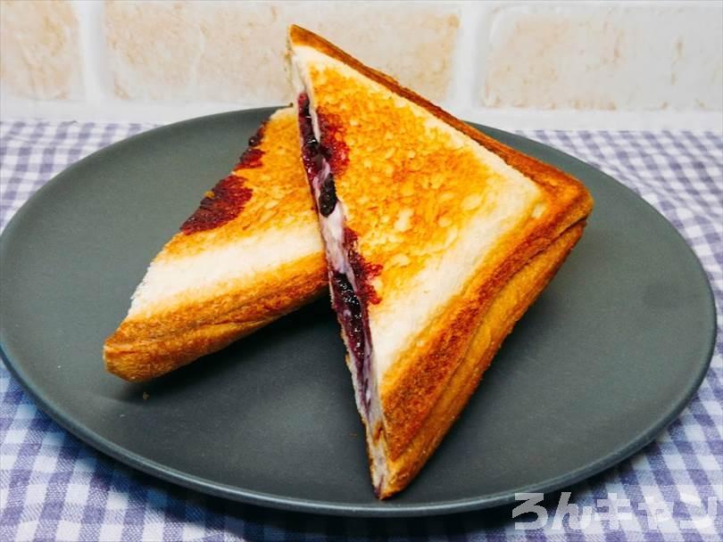 ホットサンドメーカーで焼いたクリームチーズ&ブルーベリージャムのホットサンドを半分に切った状態
