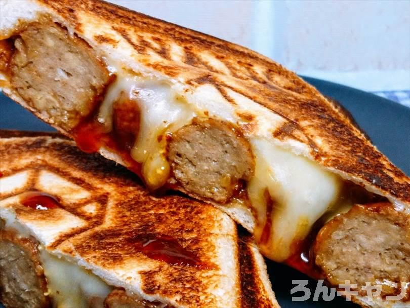 ホットサンドメーカーで焼いた後のミートボール&チーズのホットサンドを半分に切った状態
