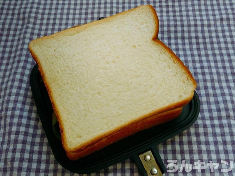 ホットサンドメーカーで焼く前のエビチリ&チーズのホットサンド