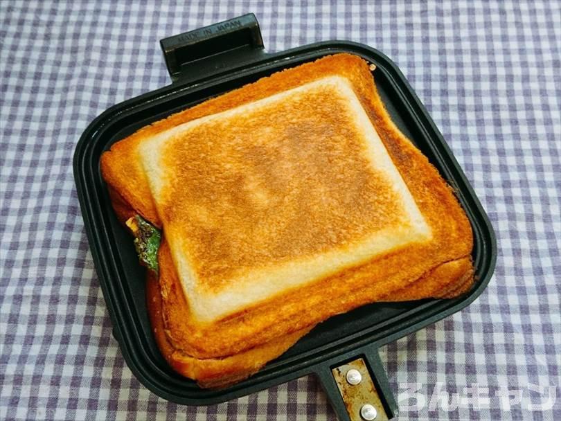 ホットサンドメーカーで焼いた後のエビチリ&チーズのホットサンド