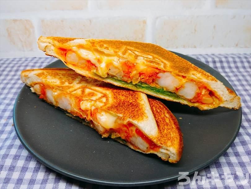 ホットサンドメーカーで焼いた後のエビチリ&チーズのホットサンドを半分に切った状態