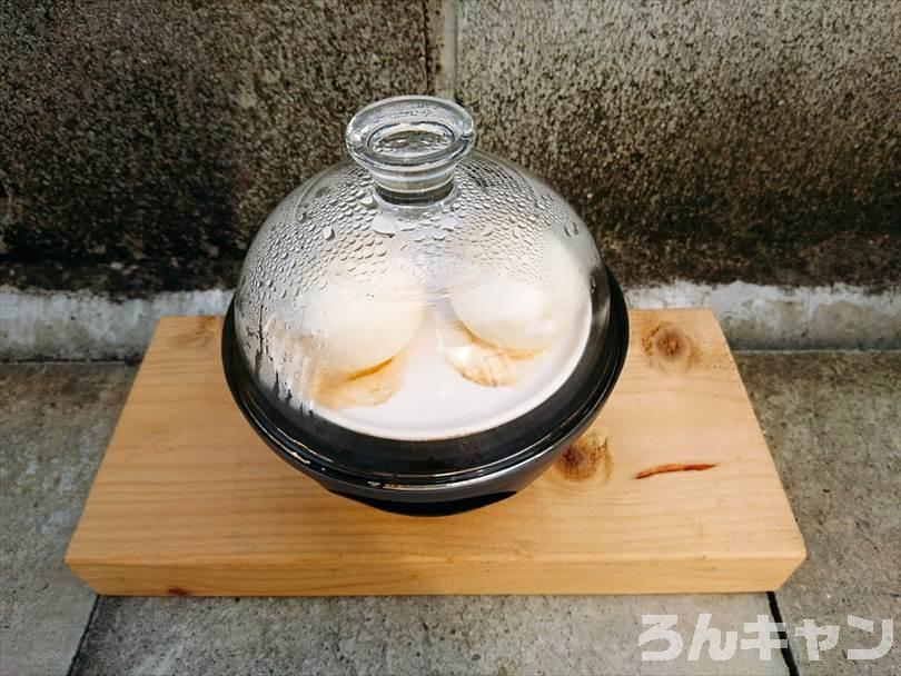 燻製器でゆで卵をスモークしている様子