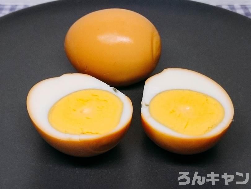 燻製器でスモークしたゆで卵をお皿に盛り付けた