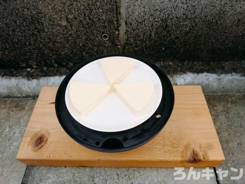 燻製をする前の準備(調理皿にチーズを並べる)