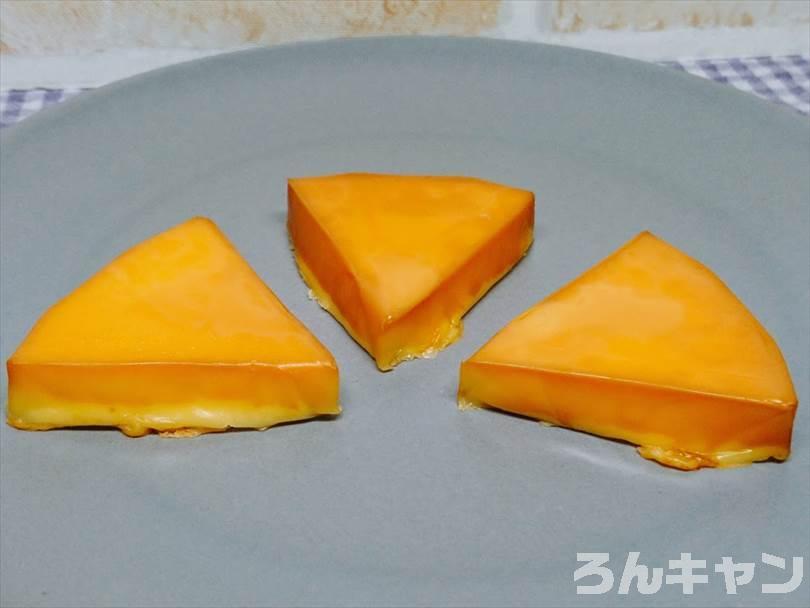 燻製したチーズをお皿に盛り付ける