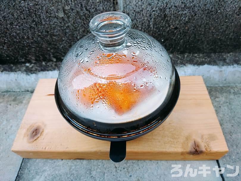 燻製器でチーズ鱈をスモークしている様子