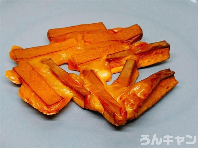 燻製したチーズ鱈をお皿に盛り付ける