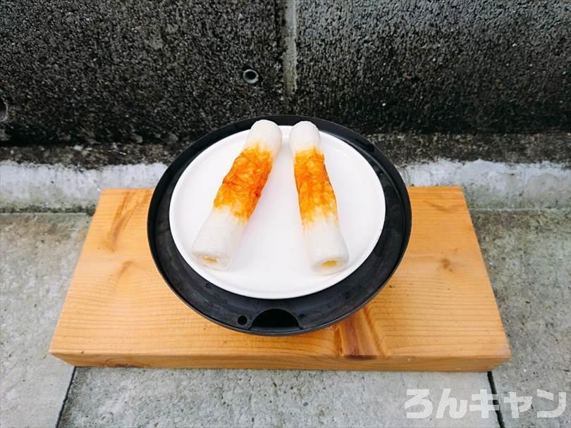 燻製をする前の準備(調理皿にちくわを並べる)