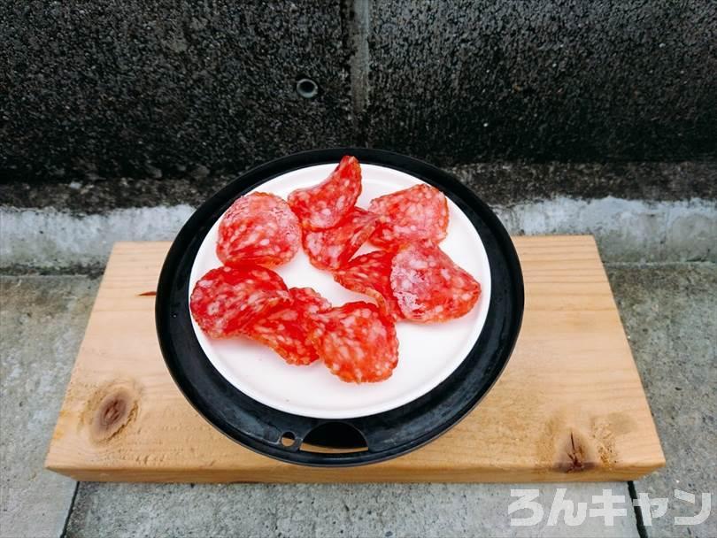 燻製をする前の準備(調理皿にサラミを並べる)