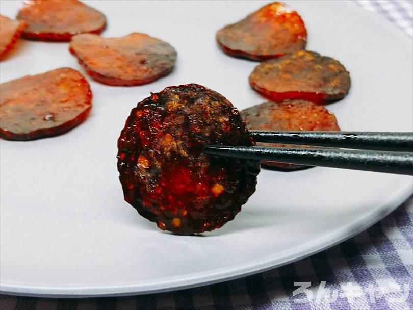 燻製した後のサラミをお皿に盛り付ける