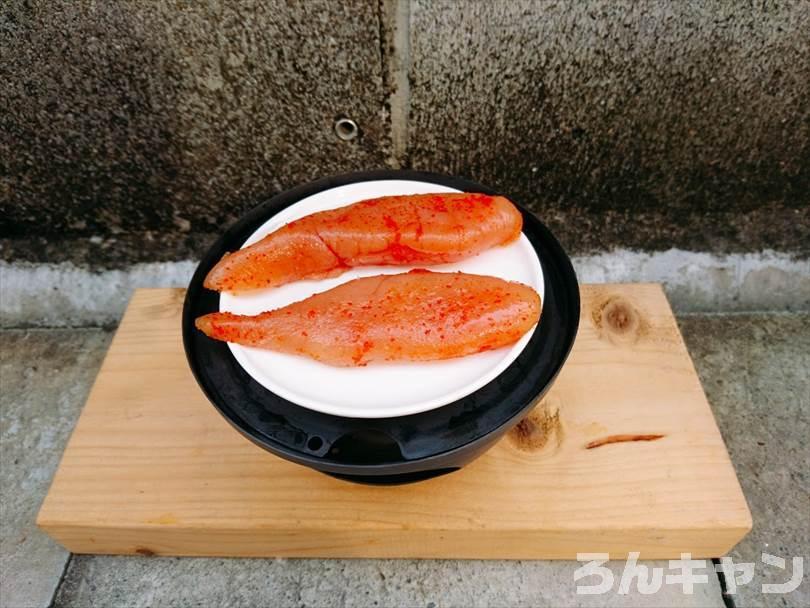 燻製をする前の準備(調理皿に明太子を並べる)