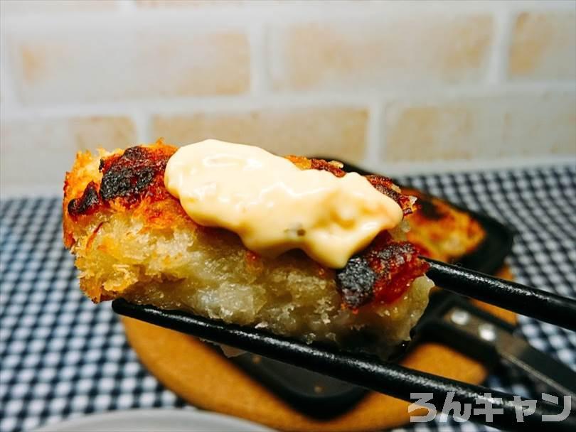 タルタルソースをかけた焼きカキフライ