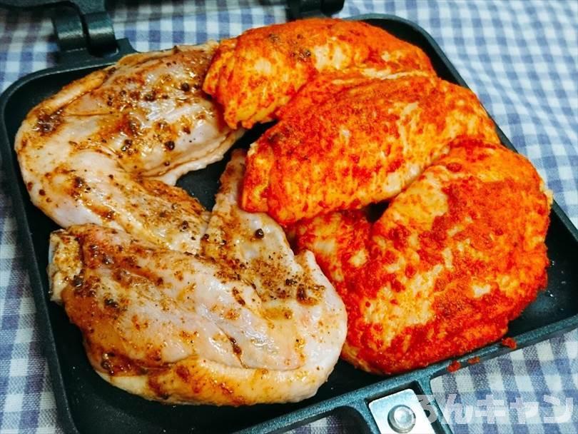 ホットサンドメーカーで焼く前のタンドリーチキンとマキシマムチキン