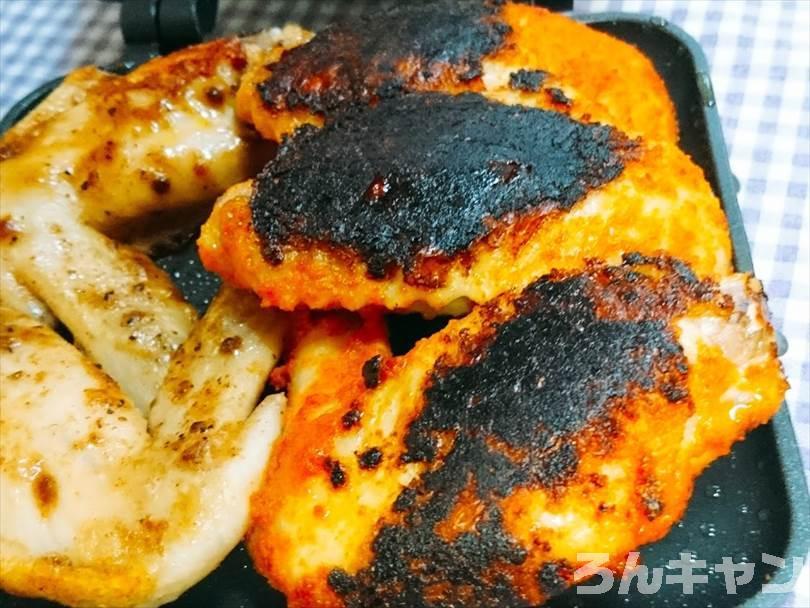 ホットサンドメーカーで焼いた後のタンドリーチキンとマキシマムチキン