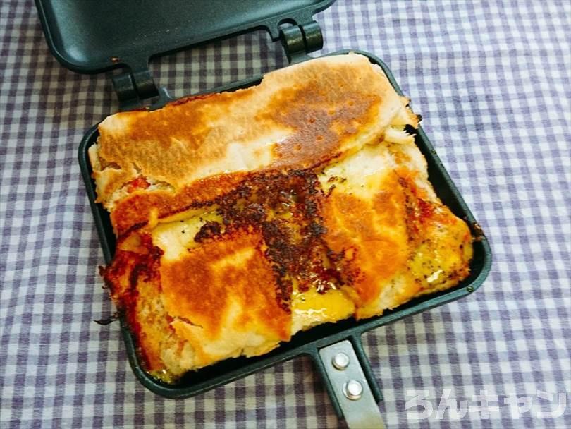ホットサンドメーカーで焼いた後の折りたたみチルドピザ