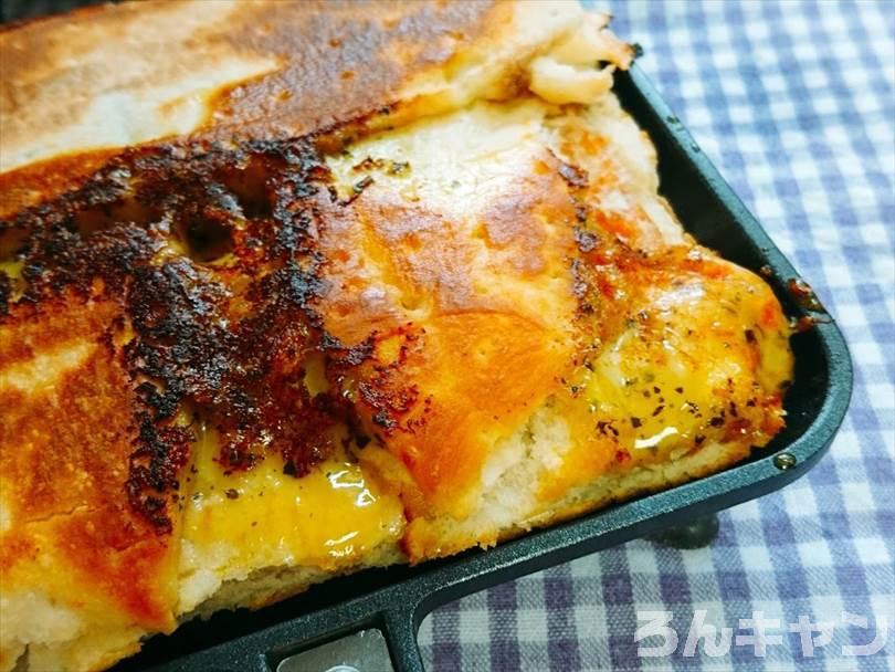 ホットサンドメーカーで焼いた後の折りたたみチルドピザのチーズがこんがり焦げている部分
