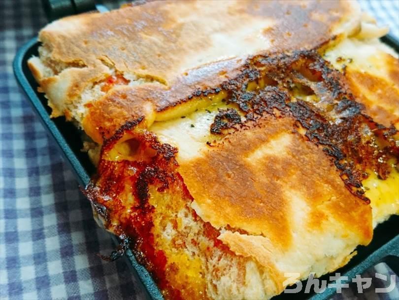 ホットサンドメーカーで焼いた後の折りたたみチルドピザの外側の生地がこんがり焼けている様子