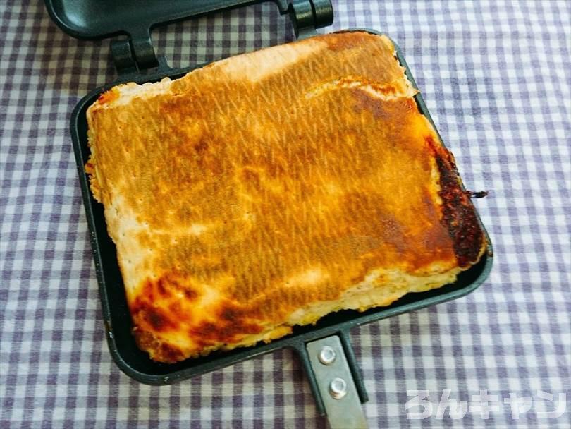 ホットサンドメーカーで焼いた後の折りたたみチルドピザの底側の焼き上がり