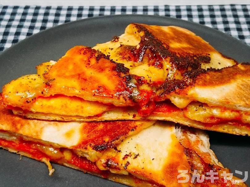ビールのつまみにピッタリなホットサンドメーカーで折りたたみ焼きしたチルドピザ