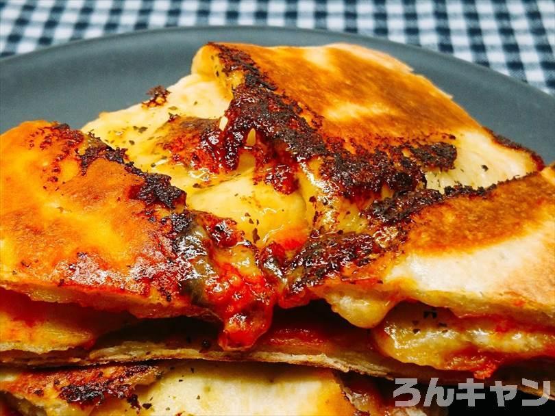 ホットサンドメーカーで焼いた後の折りたたみチルドピザを半分に切った状態