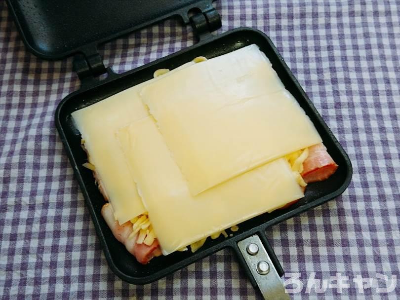 ホットサンドメーカーで焼く前のベーコン&チーズ