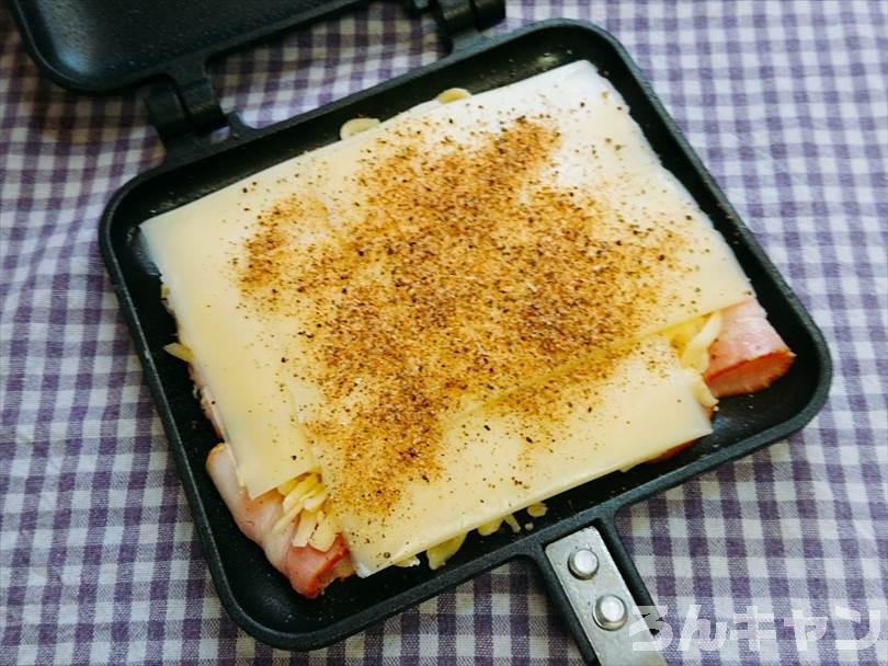 ホットサンドメーカーで焼く前のベーコン&チーズにマキシマムをかける