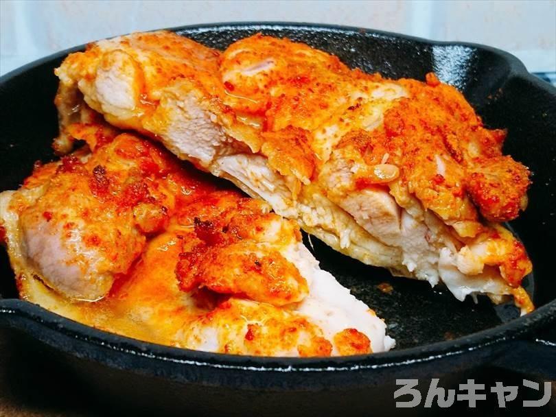 鶏もも肉をスキレットで焼いてタンドリーチキン風にしたもの
