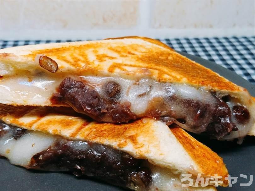 ホットサンドメーカーで焼いた豆大福ホットサンドを半分に切った状態