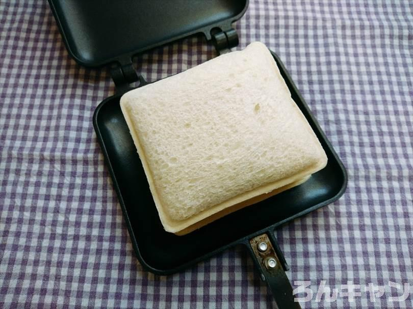 ホットサンドメーカーでメンチカツのランチパックを重ね焼き(とろけるチーズをのせてアレンジレシピ)