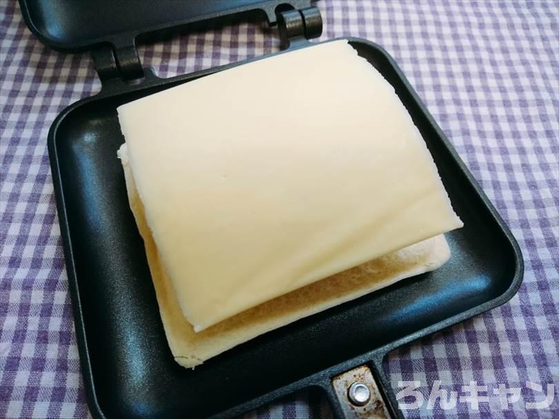 ホットサンドメーカーでチキンカレーのランチパックを重ね焼き(チキンハンバーグととろけるチーズをのせてアレンジレシピ)