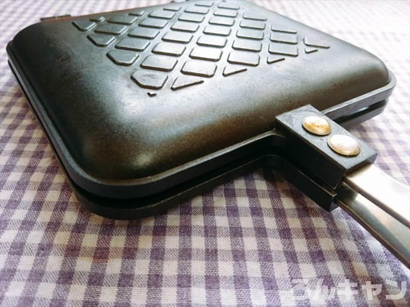 ホットサンドメーカーでたまごのランチパックを重ね焼き(コロッケととろけるチーズをのせたアレンジレシピ)