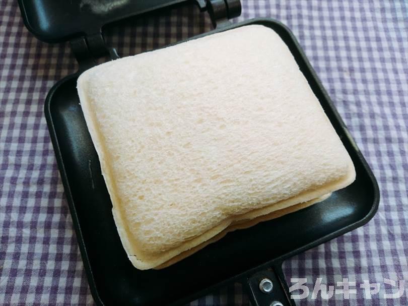 ホットサンドメーカーで小倉&マーガリンのランチパックを重ね焼き(ミルククリームとミニチョコをのせてチョコクリームをかけるアレンジレシピ)