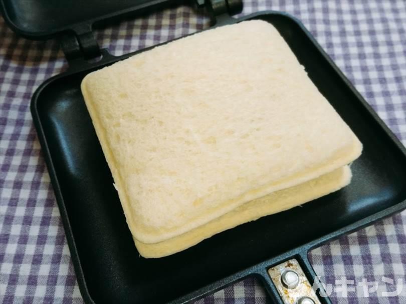 ホットサンドメーカーで焼く前のランチパック(ピーナッツ味)