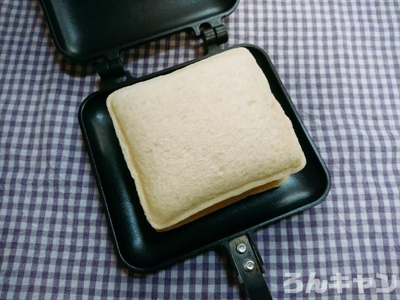 ホットサンドメーカーで苺ジャム&マーガリンのランチパックを重ね焼き(苺ジャムとクリームをのせたアレンジレシピ)